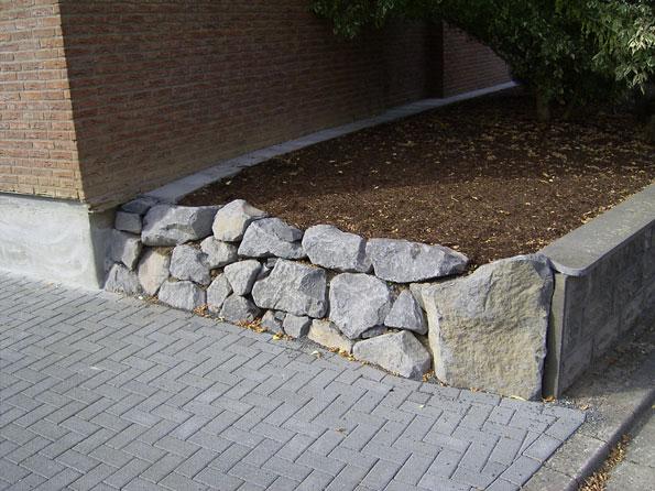 Mauer aus Basaltkrotzen